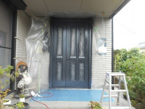 玄関ドア吹き付け後