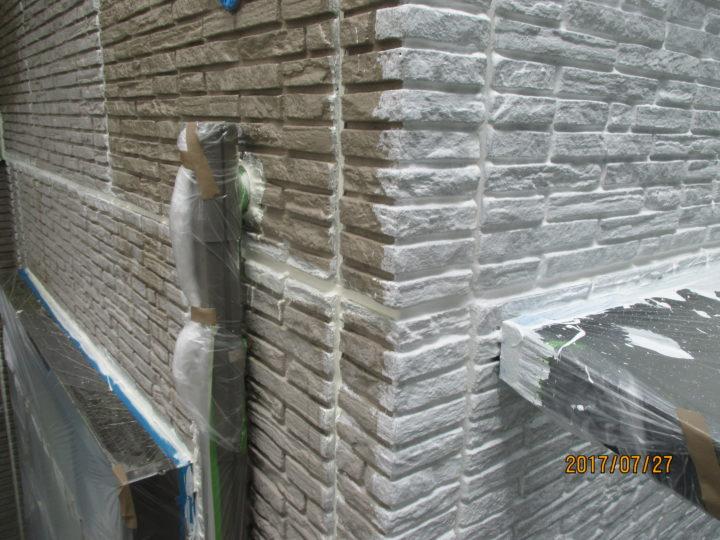 外壁 下塗り前後の様子